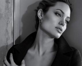 Обои Анджелла Джоли у стены: Стена, Взгляд, Angelina Jolie, Angelina Jolie