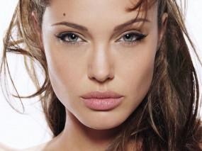 Взгляд Анжелины Джоли