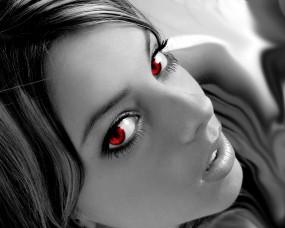 Девушка с красными зрачками
