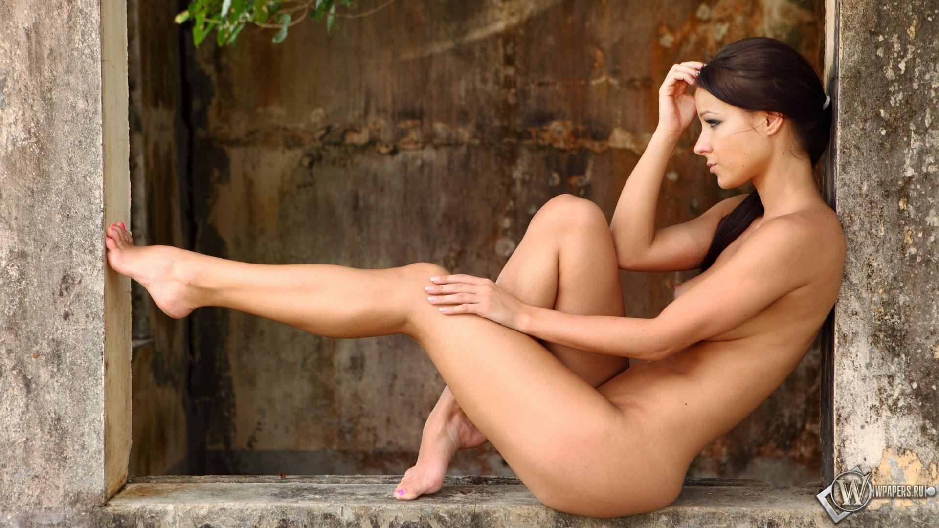 Фото голые девушки в одних джинсах