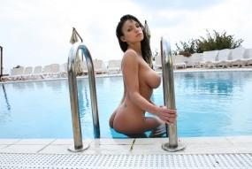 Брюнетка в бассейне