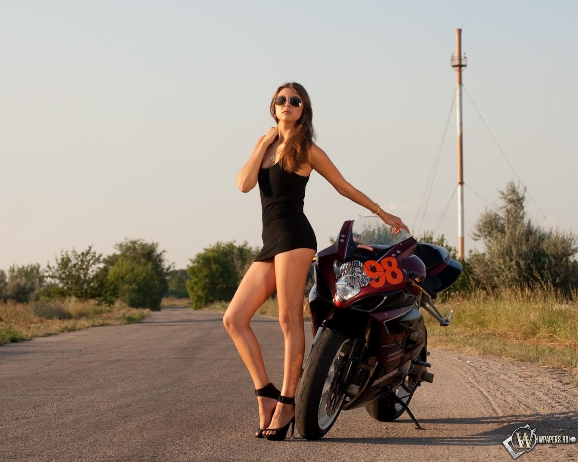 Девушка с мотоциклом 1920x1536