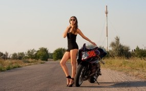 Обои Девушка с мотоциклом: Платье, Мотоцикл, Очки, Мотоциклы с девушками, Мотоциклы