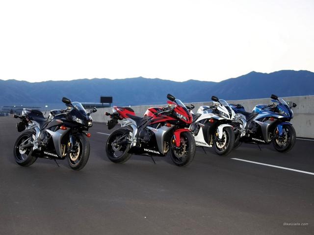 Мотоциклы в ряд