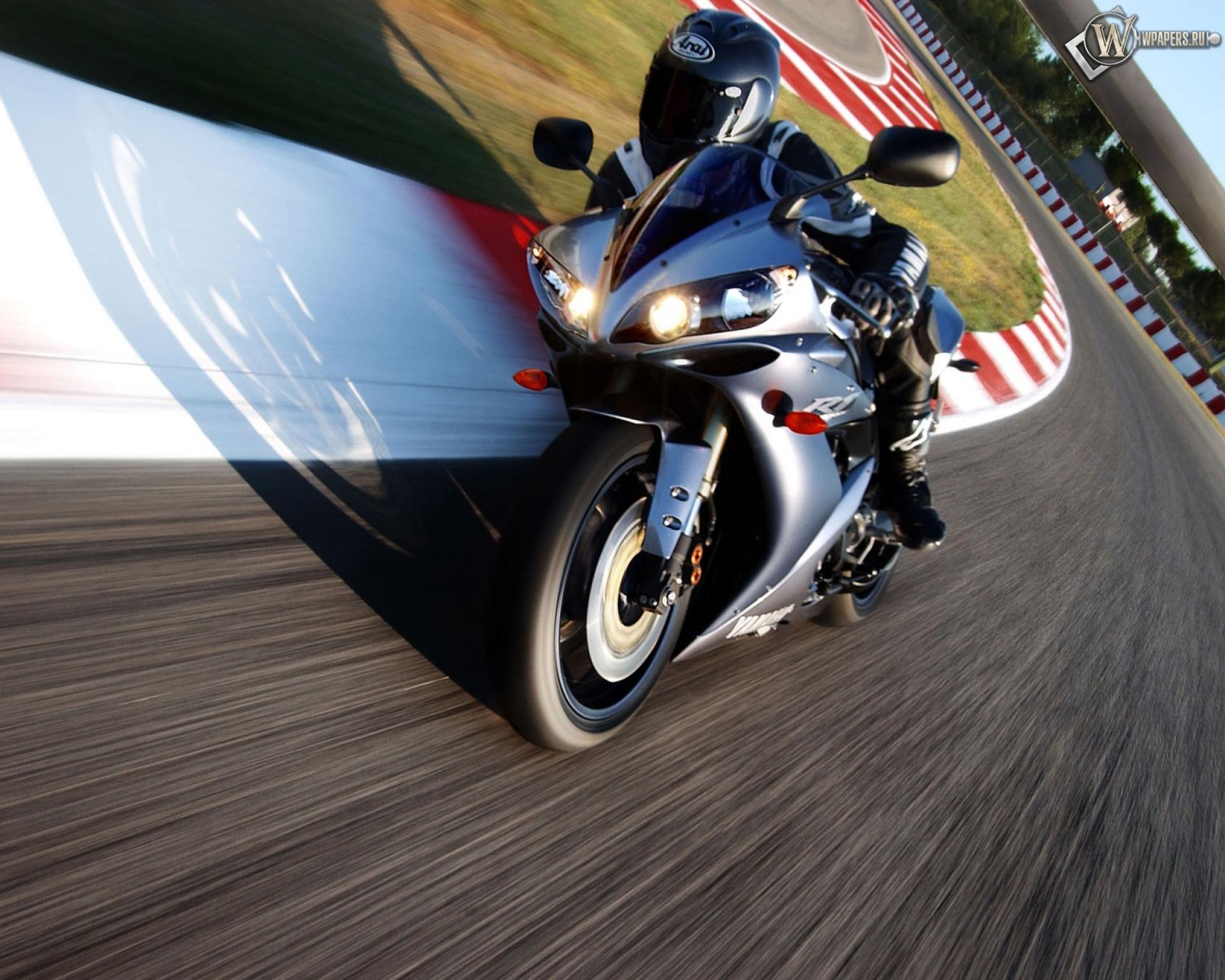 Yamaha мотоцилы на вираже бесплатно