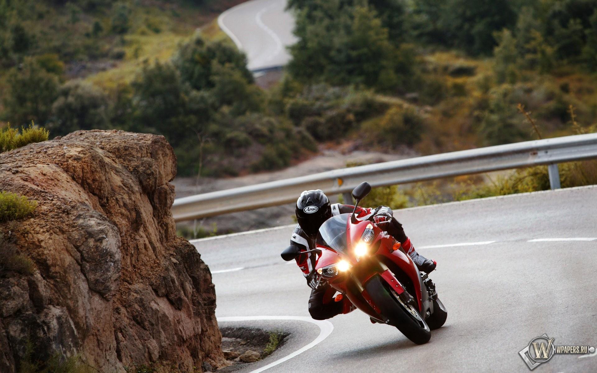 Красный мотоцикл на трассе 1920x1200