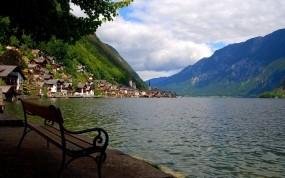 Обои Деревня у горы: Озеро, Дома, Скамейка, Природа