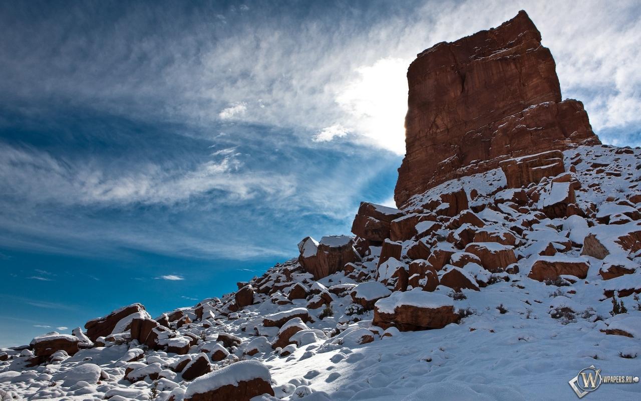 Скала на фоне перистых облаков 1280x800