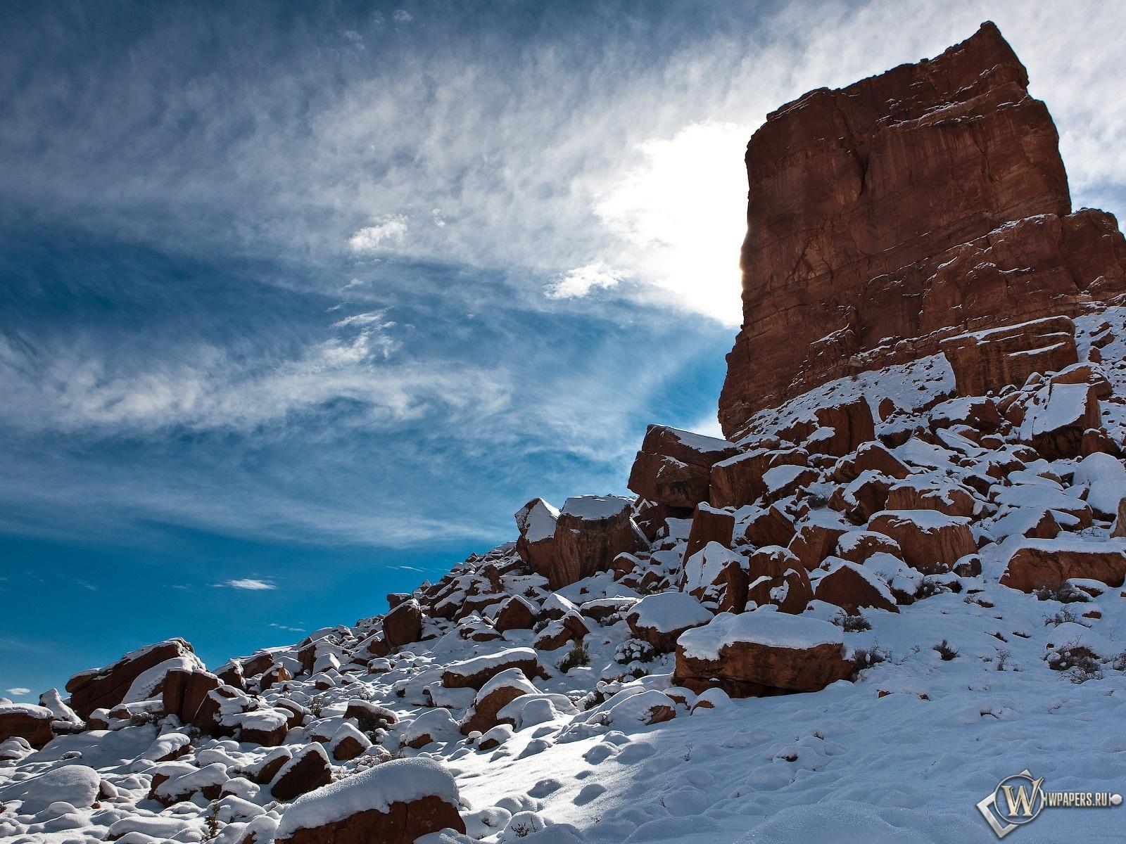 Скала на фоне перистых облаков 1600x1200