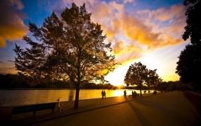 Обои Хорошая погода: Река, Деревья, Солнце, Вечер, Парк, Небо, Лето, Люди, Велосипед, Природа