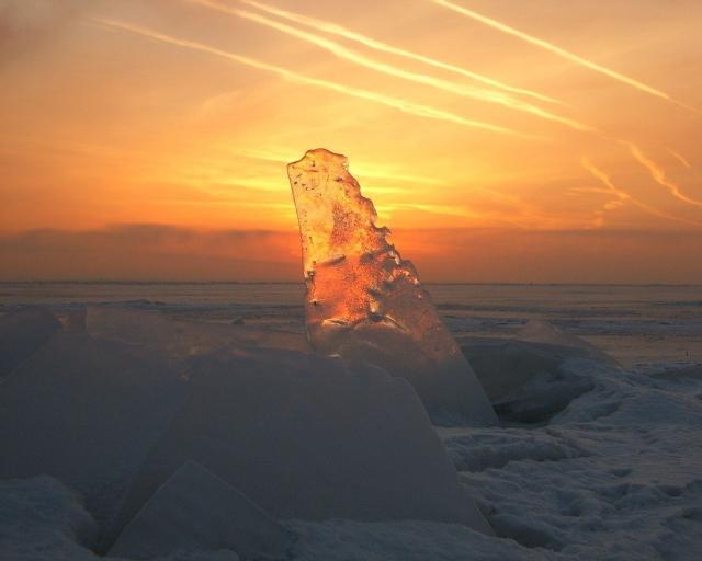 Прозрачный лёд на закате