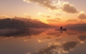 Обои Одинокий рыбак: Туман, Озеро, Лодка, рыбак, Природа