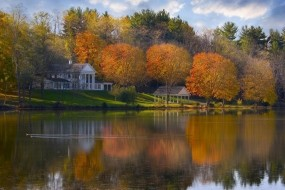 Обои Дом на берегу озера: Река, Деревья, Сад, Дом, Вода и небо