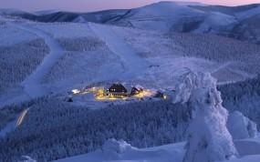 Обои Зимний отель: Зима, Снег, Склон, Природа