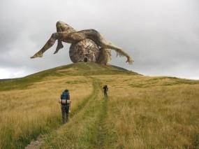 Обои Человек и природа: Дорога, Человек, Небо, Памятник, Луг, Природа