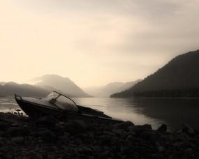 Обои Рассвет в тумане: Горы, Озеро, Рассвет, Лодка, Природа