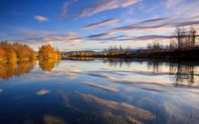 Обои Отражение в осеннем озере: Облака, Отражение, Деревья, Озеро, Осень, Небо, Осень