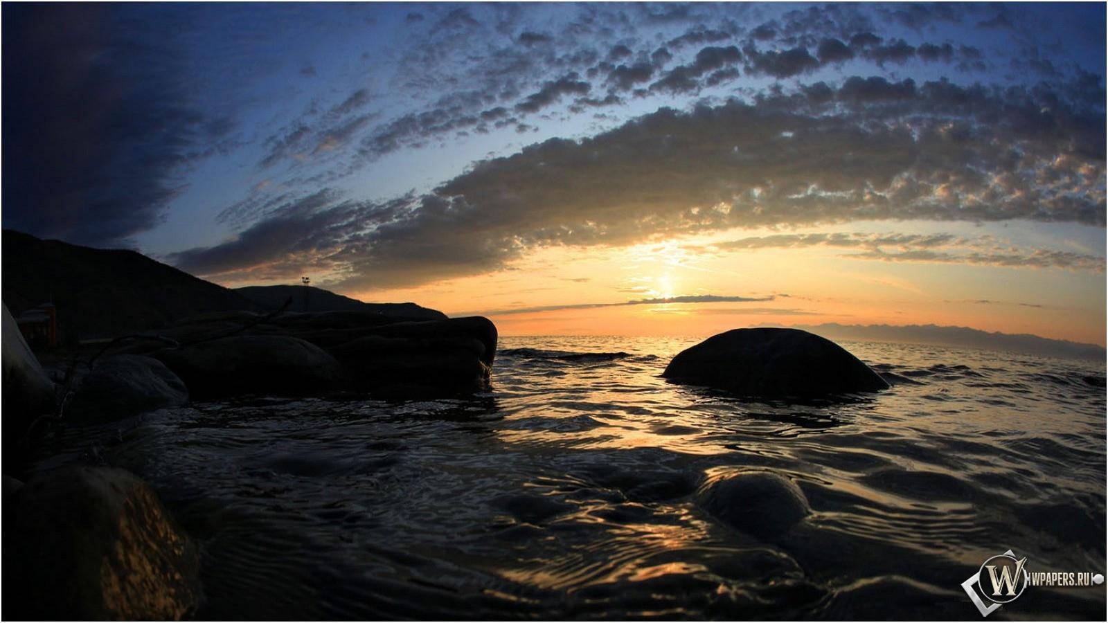 Каменистый берег Байкала 1600x900