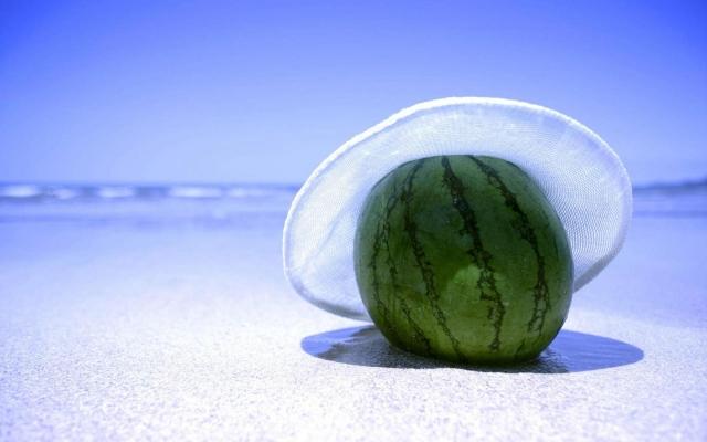 Арбуз на пляже