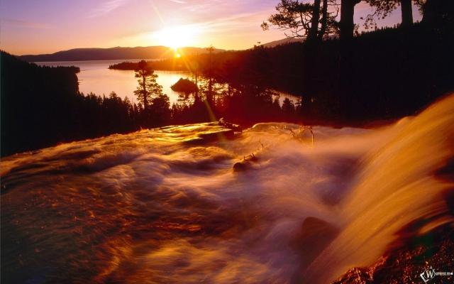 Рассвет над водопадом