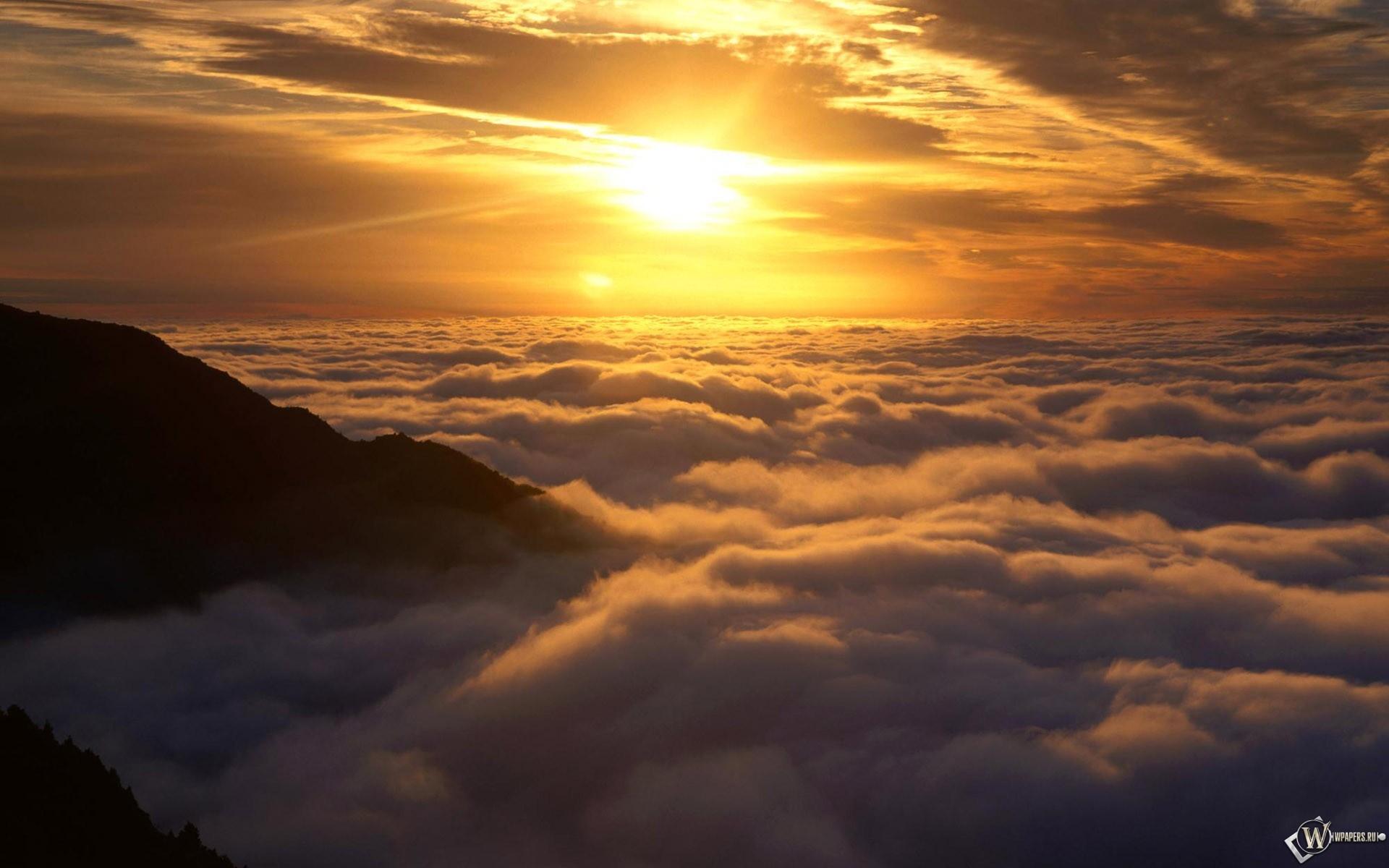 Солнце над облаками фото