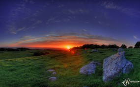 Обои Восход в долине: Луга, Восход, Яркое солнце, Камни, Небо, Прочие пейзажи