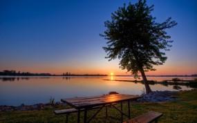 Обои Живописный закат: Закат, Озеро, Дерево, Стол, Прочие пейзажи