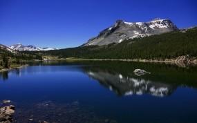 Обои Горное озеро: Горы, Деревья, Озеро, Вода и небо