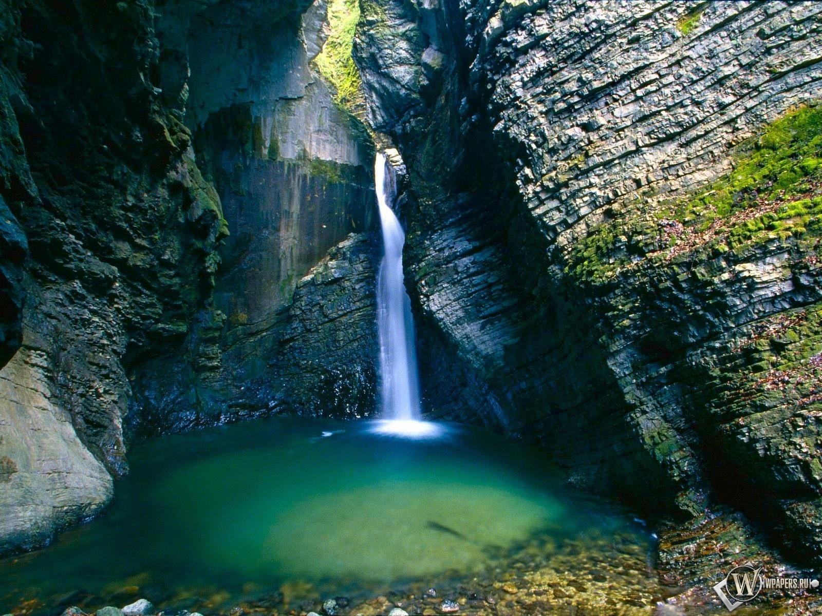 Маленький водопад  1600x1200