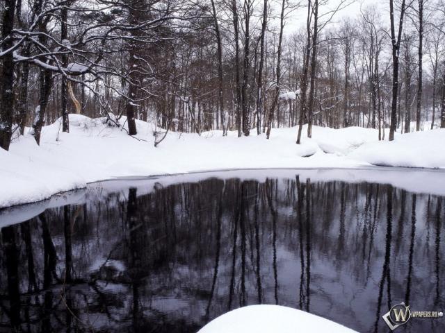 Озеро посреди снега
