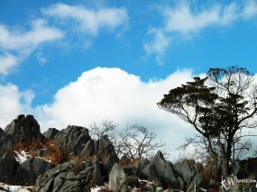 Облака над снежными камнями