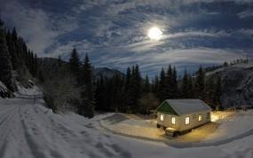 Обои Домик в снежном лесу: Зима, Свет, Снег, Лес, Ночь, Луна, Домик, Зима