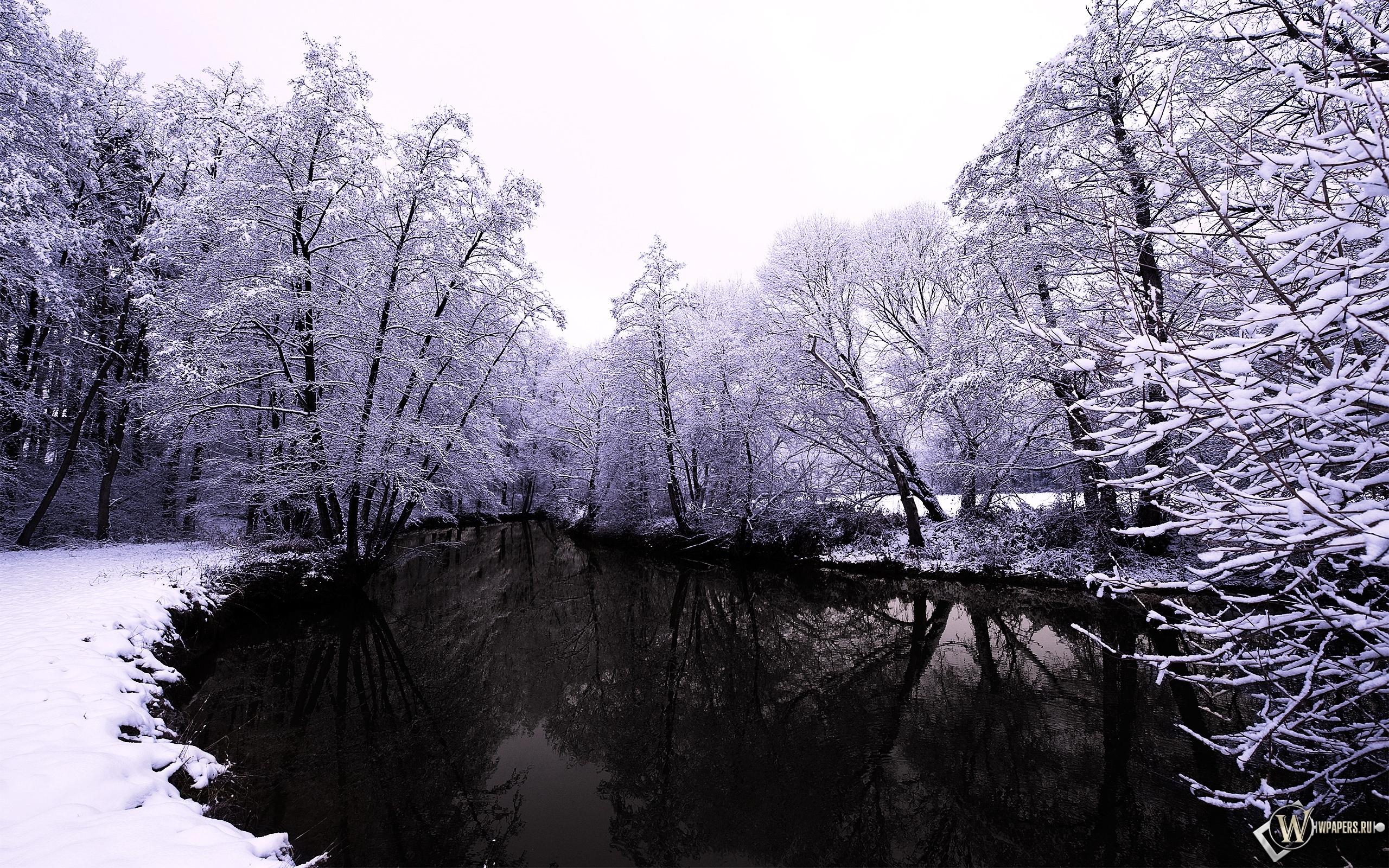 Тёмное озеро зимой 2560x1600