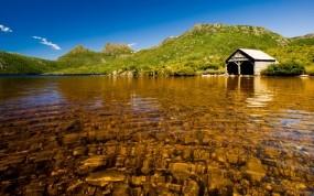 Обои Дом на берегу озера: Вода, Камни, Дом, Вода и небо
