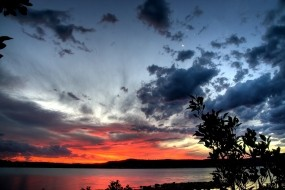 Обои Закат над озером: Закат, Озеро, Берег, Вода и небо