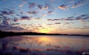 Обои Рассвет у реки: Облака, Река, Деревья, Небо, Вода и небо