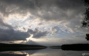 Обои Солнце за тучами: Солнце, Тучи, Лучи, Вода и небо