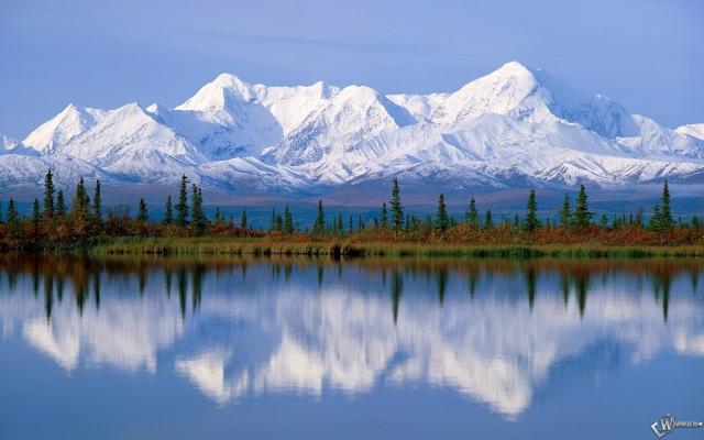 Снежные горы в воде