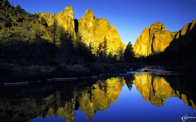 Горы в голубой воде