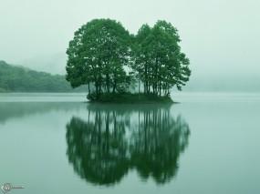 Обои Зеленый островок: , Вода и небо