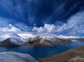 Обои Леденящий проток: Заснеженные холмы, Холодная река, Прекрасное небо, Вода и небо