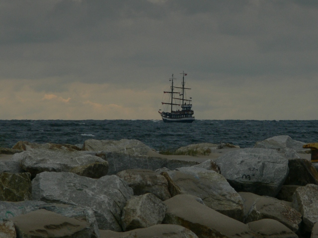 Корабль у каменистого берега