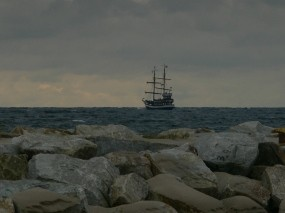Обои Корабль у каменистого берега: Вода, Море, Камни, Корабль, Корабли