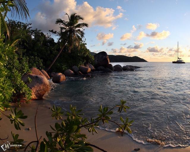 Парусник возле острова